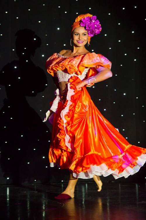 Người đẹp Brenda Castro, Costa Rica rực rỡ trong bộ váy màu nổi trong bài múa truyền thống.