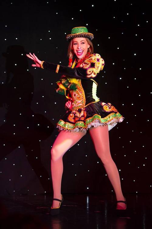 Người đẹp Romina Racamonje đến từ Bolivia mang không khí sôi động, vui tươi với màn vũ đạo nóng bỏng.