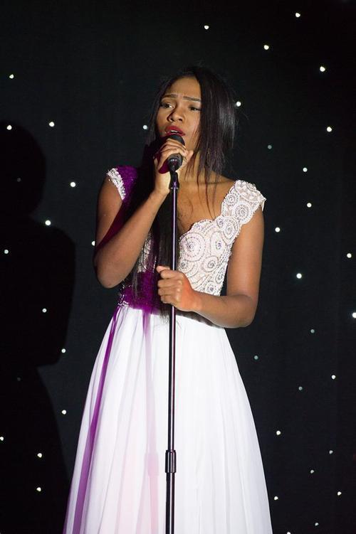 Người đẹp Ornella Obone, Miss Gabon khoe tài năng ca hát.