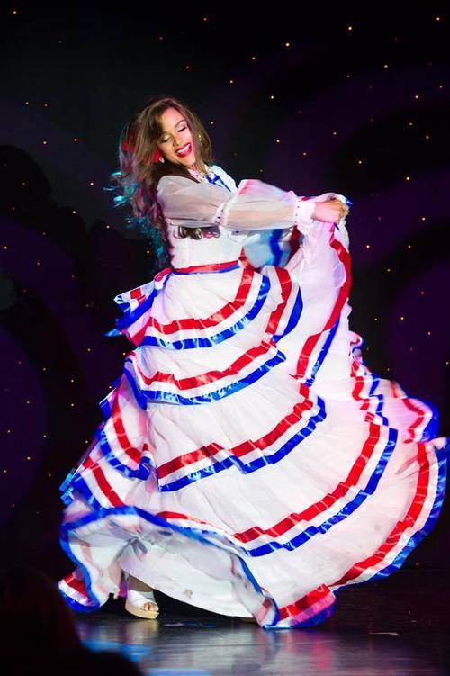 Cô gái Clarissa Molina, Miss Dominican Republic 2015 uyển chuyển trong điệu múa.