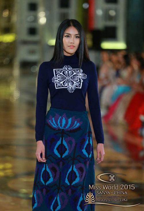Các thí sinh mặc trang phục do một thiết kế gốc Hoa thực hiện. Lan Khuê được đánh giá cao bởi phong cách lạnh lùng.