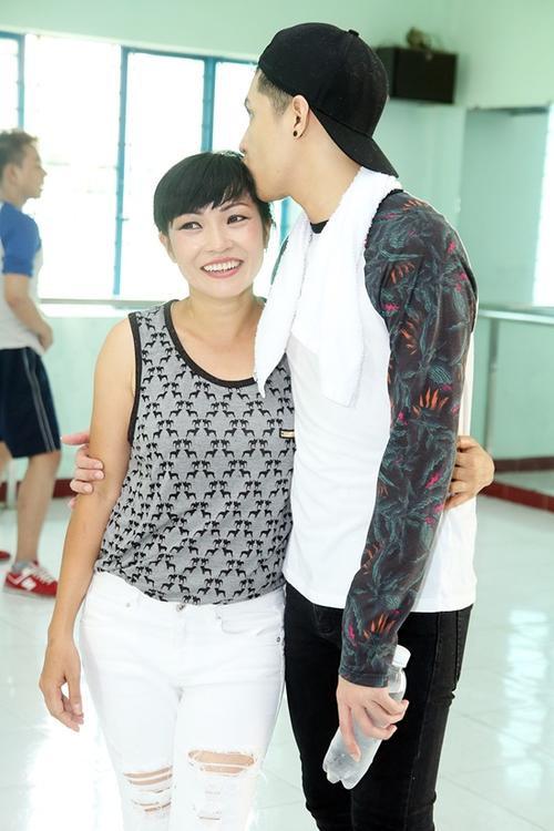 Nam ca sĩ ôm Phương Thanh và không quên nựng má, hôn chị thay cho lời cảm ơn.