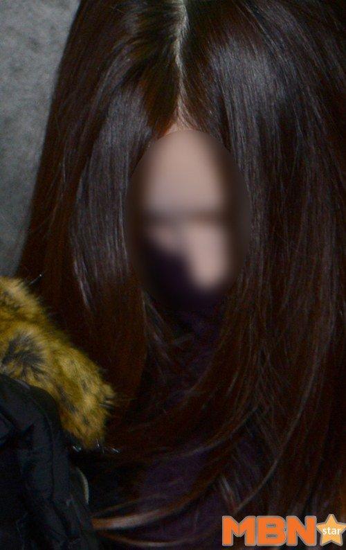 Choi liên tục cúi gầm mặt, tránh ánh đèn báo giới.