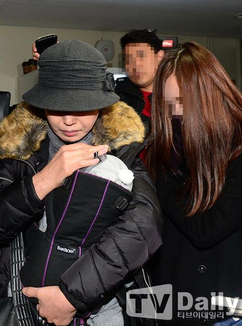 Mẹ con Choi đến xét nghiệm ADN hôm 14/12.