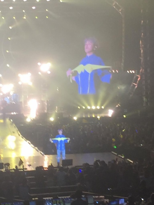 Hành động hài hước của nam ca sĩ khiến các fan bất ngờ.