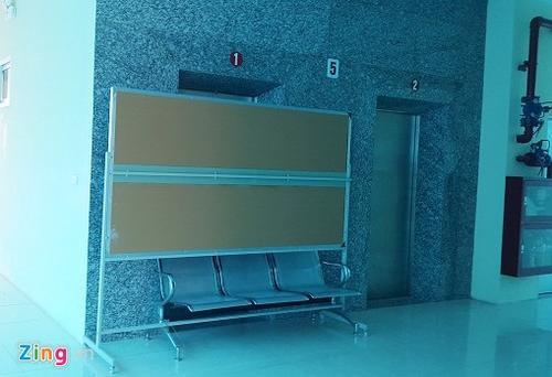 Cửa vào thang máy tại tầng 5 nhà C2 bị chắn sau sự cố. Ảnh: Phương Chi.