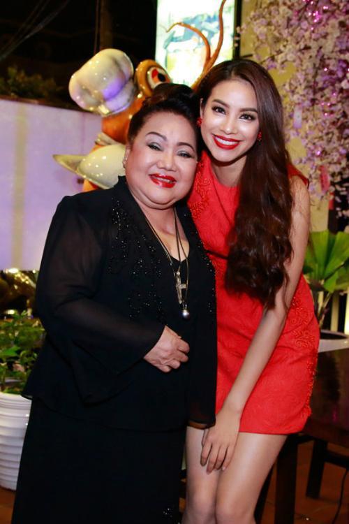 Hoa hậu Hoàn vũ Việt Nam 2015 và bà ngoại nuôi trong một sự kiện trước đó.