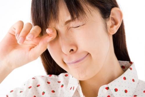 Không dùng kính áp tròng khi mắt bị đau, cộm để tránh tình trạng nặng thêm.