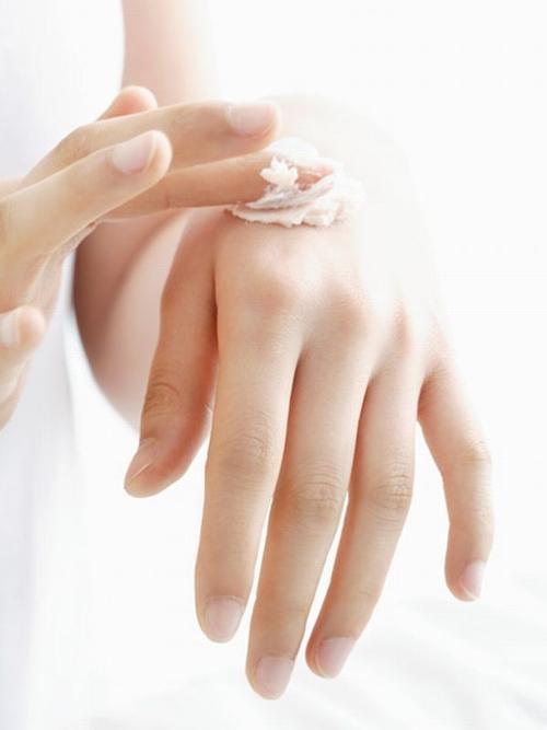 Dùng kem dưỡng ẩm trước khi ngủ để có bàn tay mềm mại