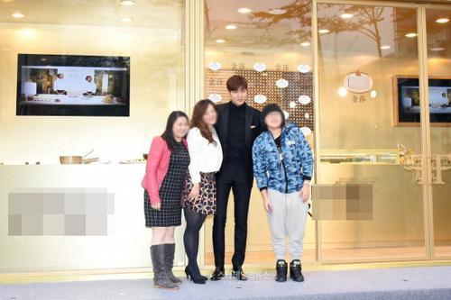 Mỹ nam xứ Hàn chụp ảnh với 3 fan may mắn.