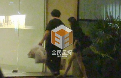 Cô đi cùng trợ lý Chung Hán Lương.