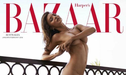 """Trên trang bìa, người đẹp 32 tuổi khoe thân hình không mảnh vải che thân, tạo dáng gợi cảm trên ban công của một khách sạn ở Los Angeles. Tuy nhiên, Miranda không hoàn toàn """"cởi hết"""", cô vẫn mặc nội y và được chỉnh sửa thành ảnh nude sau đó."""