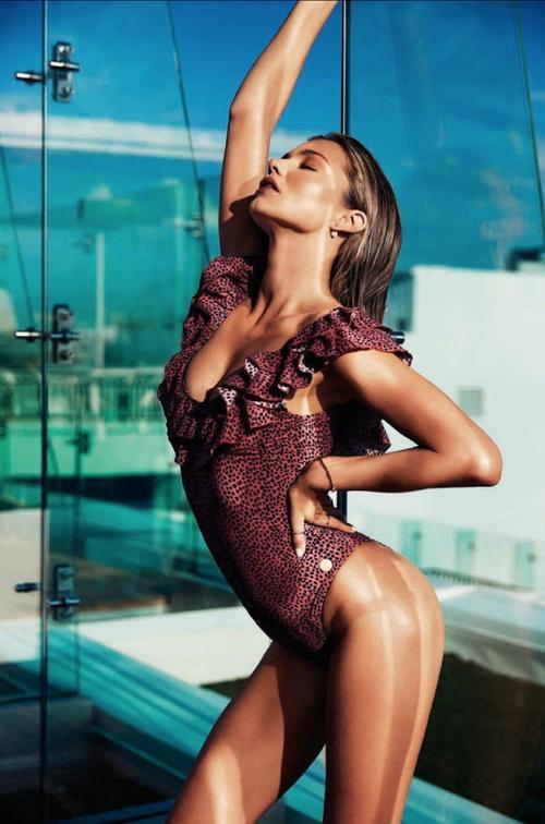 """Biên tập viên Kellie Hush của Harper's Bazaar tiết lộ họ đã sử dụng photoshop để xóa đi nội y màu da trong bức ảnh của Miranda. """"Các người mẫu vẫn thường mặc G-string khi chụp ảnh"""" - Kellie nói."""