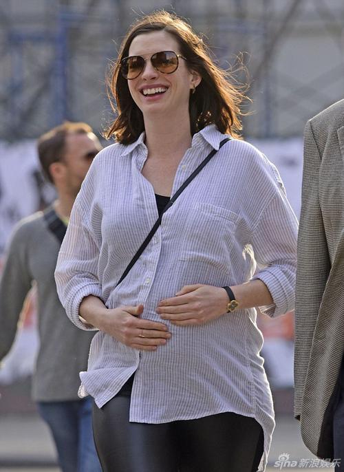 Mang bầu ở tháng thứ 5, cơ thể Anne tăng cân rõ rệt, gương mặt vốn nhỏ nhắn của cô cũng mũm mĩm hơn. Sau khi báo chí đưa tin mang thai, vợ chồng Anne vẫn chưa một lần nói về tin vui. Nữ diễn viên vốn khép kín đời tư, tránh chia sẻ nhiều.