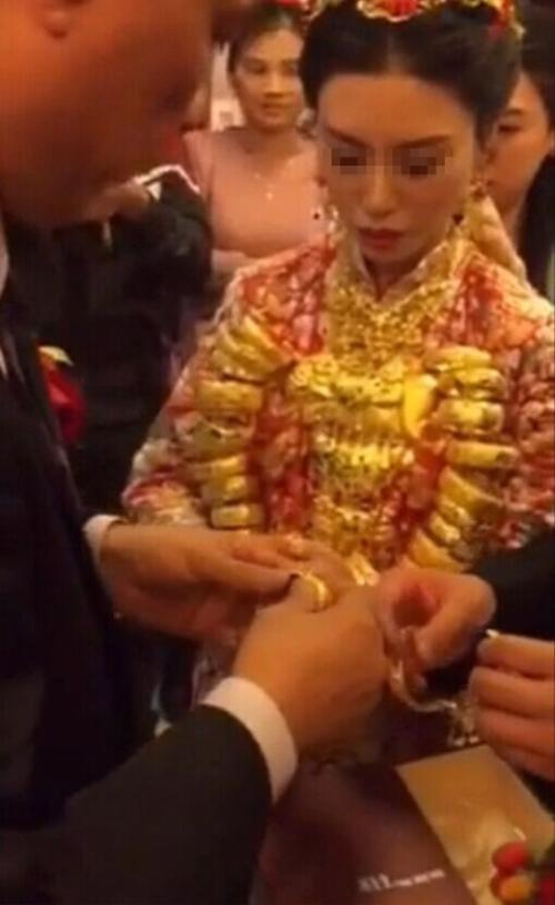 Cô dâu tiếp tục được trao nhẫn, vòng tay.