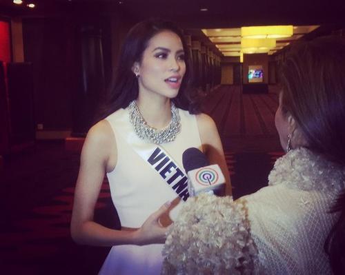 Phạm Hương trả lời phỏng vấn đài Philippines.