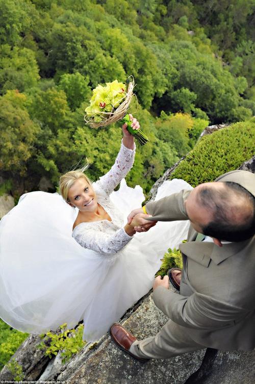 Cặp vợ chồng dũng cảm đã táo bạo thực hiện bộ ảnh cưới trên vách núi này