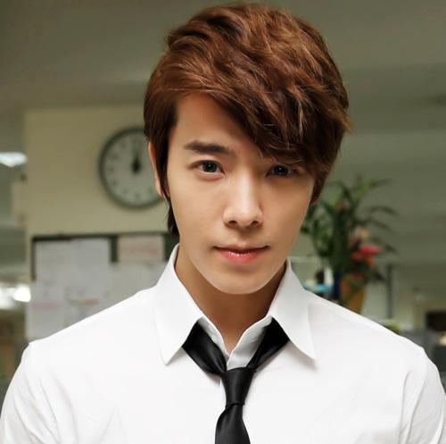 Một thành viên khác của Super Junior là Donghae xếp hạng 5.