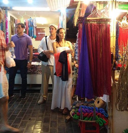 Angelina và Brad bị bắt gặp đi chợ đêm trong thời gian ở Campuchia.