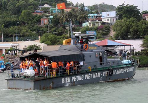 Tàu chuyên dụng của Bộ đội Biên phòng Khánh Hòa chở 29 du khách Nga cùng các thuyền viên gặp nạn từ vịnh Nha Trang vào bờ. Ảnh: A.Binh.