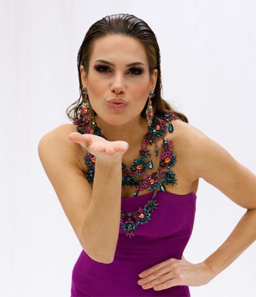 Hoa hậu Tây Ban Nha - Carla Barber Garcia là bác sĩ chăm sóc bệnh nhân bỏng và trẻ em tật nguyền trước khi đến với cuộc thi.