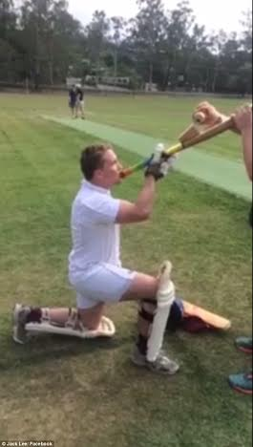 Anh chàng đam mê thể thao này dùng luôn gậy crike vừa bẩn vừa đẫm mồ hôi của mình uống bia.