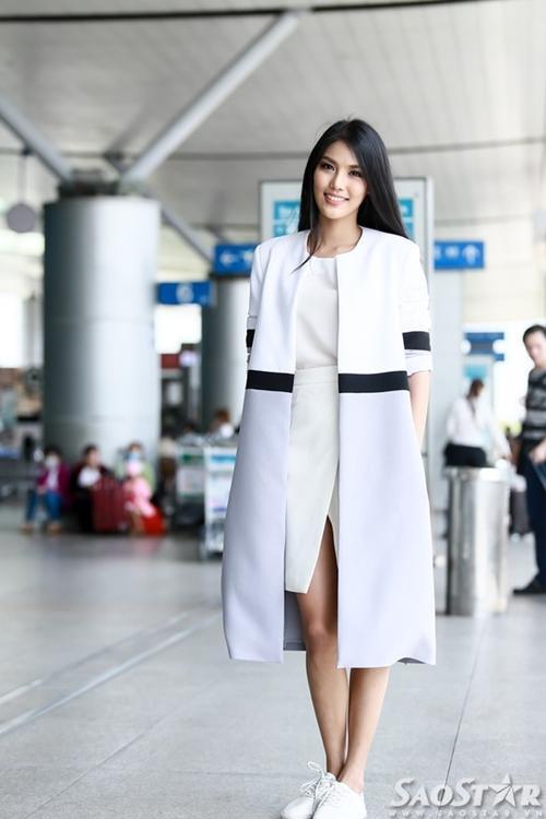 Trưa 21/11, người đẹp đáp máy bay sang Trung Quốc với lỉnh khỉnh hành lý, bắt đầu hành trình chinh phục vương miện của cuộc thi sắc đẹp lớn nhất hành tinh.