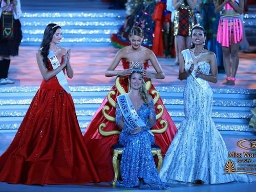 Vương miện trao cho đại diện Tây Ban Nha gây nhiều tranh cãi.