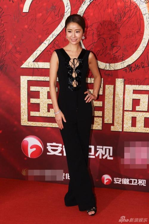 Lâm Tâm Như mặc trang phục táo bạo.