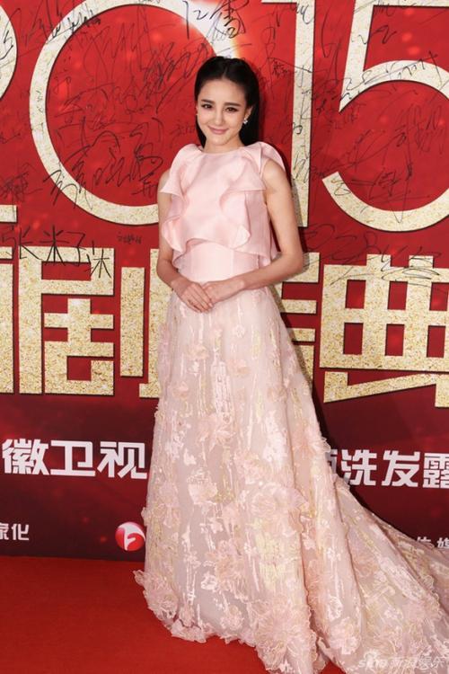 Lưu Vũ Hân diện đầm hồng pastel.