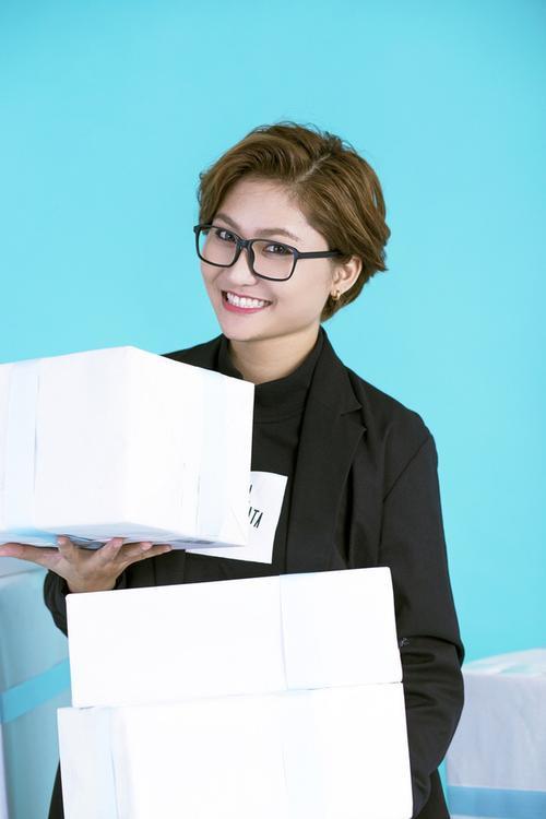 Vừa ra mắt Nói đi mà - đĩa đơn đầu tiên đánh dấu bước chuyển mình trên con đường ca hát, Vicky Nhung tiếp tục tung Mash up Christmas & New Year dành tặng những người hâm mộ giọng hát của cô.
