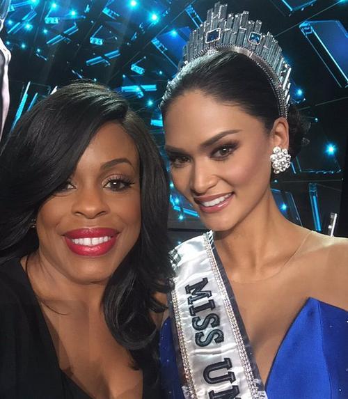 Niecy Nash chụp ảnh cùng người đẹp đăng quang Pia Alonzo Wurtzbach đến từ Philippines.