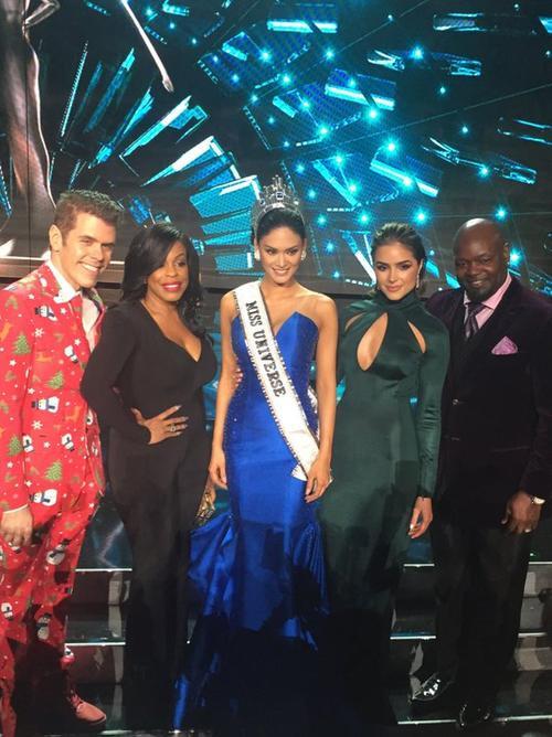 4 giám khảo và tân Hoa hậu Hoàn vũ.