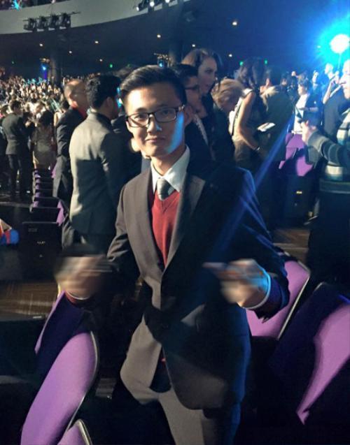 Kevin Kha chụp hình kỷ niệm trên hàng ghế khán giả cuộc thi Miss Universe 2015 tại Mỹ. Anh tên thật là Kha Hoàng Hưng, 23 tuổi, đang sống ở California và là du học sinh.