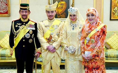 Quốc vương Brunei Hassanal Bolkiah trong lễ cưới của hoàng tử Abdul Malik. Ảnh: Telegraph/EPA
