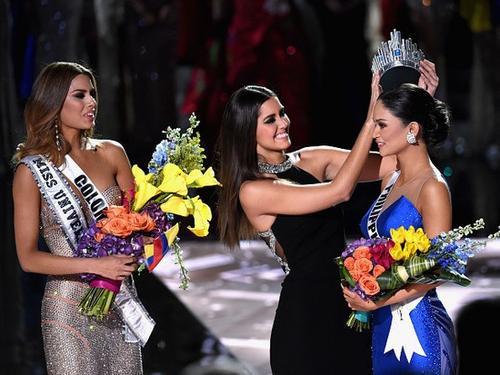 Hoa hậu Hoàn vũ 2014 trao lại vương miện cho Philippines.