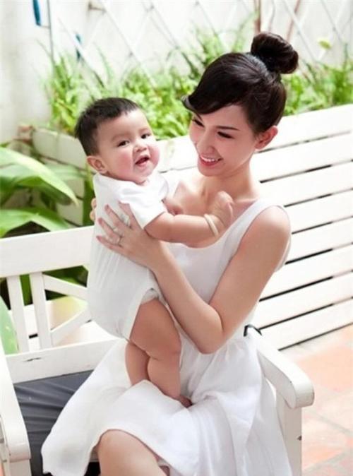 Quynh Chi va con trai