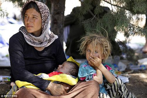 Người dân tộc thiểu số Yazidi bị ép phải cải đạo hoặc chết. Hàng nghìn phụ nữ đã bị IS bắt cóc và hãm hiếp. Ảnh: Reuters