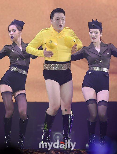 Tối 24/12, người hâm mộ chàng béo Psy có dịp đón Giáng sinh tại concert All Night Stand tại sân vận động công viên Olympic ở Seoul. Một trong những màn biểu diễn ấn tượng của Psy là nhái lại màn trình diễn Up & Down của nhóm nữ EXID.