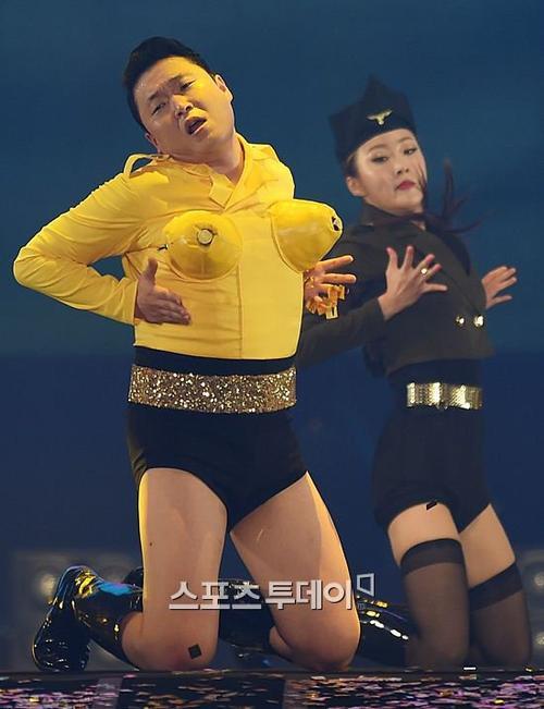 Thể hiện phong cách gợi cảm của ca khúc, Psy gắn ngực giả và mặc quần chẽn, đi boots cao. Gần cuối màn trình diễn, giọng ca Daddy kết thúc bằng màn bắn pháo hoa từ phụ kiện gắn trong ngực giả. Đây là chiêu trò gắn liền với tên tuổi nữ ca sĩ Katy Perry.