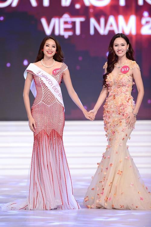 Phạm Hương và Trà My tại chung kết Hoa hậu Hoàn vũ 2015.