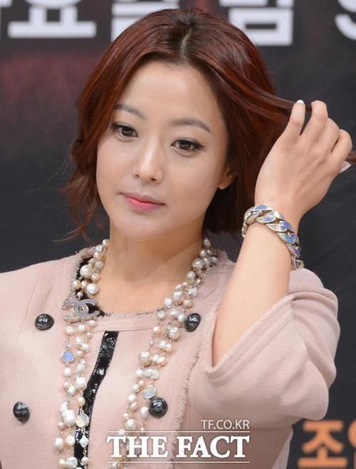 """Mỹ nhân """"Cà chua"""" Kim Hee Sun xếp sau Kim Tae Hee."""
