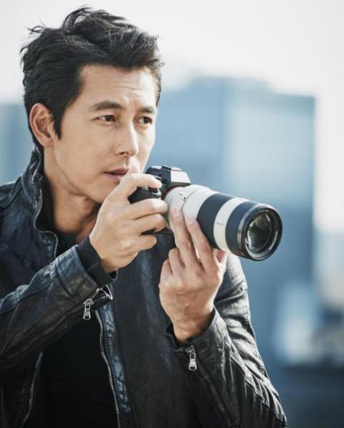 Jung Woo Sung là mẫu bạn trai lý tưởng không chỉ trên màn ảnh mà còn đối với những fan nữ ngoài đời. Nam diễn viên năm nay 42 tuổi, nổi tiếng từ những vai diễn ấn tượng trong thập niên 90. Anh là bạn thân của tài tử Lee Jung Jae đồng thời là cộng sự trong kinh doanh. Trong khi Lee Jung Jae đang hẹn hò với ái nữ của ông chủ tập đoàn Daesang thì Jung Woo Sung vẫn đi về một mình.