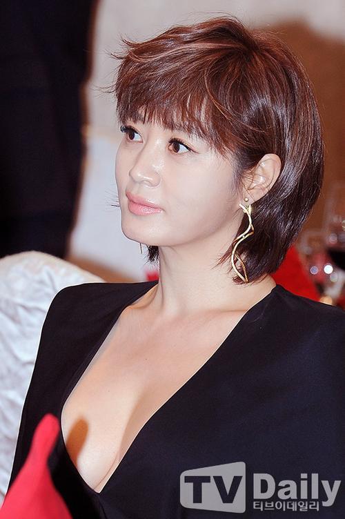 Kim Hye Soo đang là sao nữ hạng A kỳ cựu của showbiz Hàn với hơn 20 năm vào nghề, cô là mẫu hình tượng được nhiều đàn em vươn tới. Minh tinh được biết đến với vẻ gợi cảm và gương mặt mặn mà cùng lối diễn xuất thuyết phục.