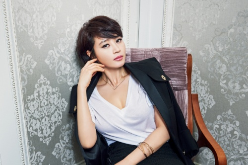 """Ngôi sao Thành thật với tình yêu là bà chủ của một villa sang trọng có giá 2 triệu USD ở khu Jong Ro, Seoul. Mối tình duy nhất của Kim Hye Soo được công chúng biết đến là với tài tử """"xấu trai"""" Yoo Hae Jin - bạn diễn trong phim Tazza. Cặp đôi hẹn hò được vài năm thì chia tay. Vào thời điểm đó, họ được khán giả gọi là đôi uyên ương """"quái vật và công chúa""""."""