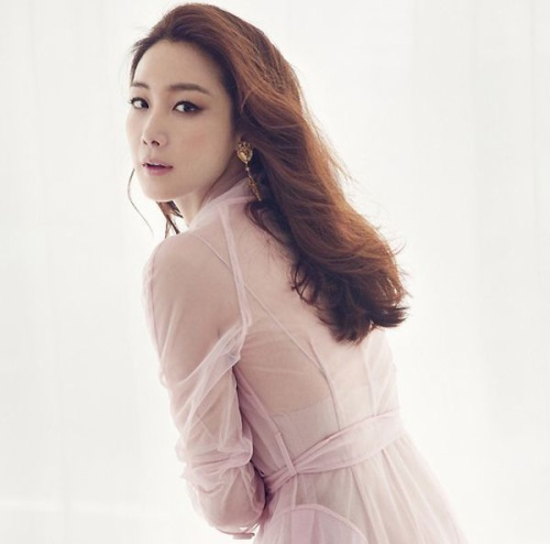 Cũng thuộc thế hệ làn sóng Hallyu đầu tiên, Choi Ji Woo sở hữu sự nghiệp diễn viên vững chắc cùng danh tiếng được công nhận. Trong giới, Choi Ji Woo được biết đến với sự chuyên nghiệp, tính cách thân thiện cùng kỹ năng nấu ăn xuất sắc.