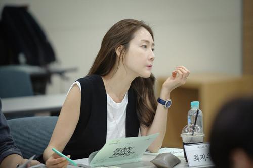 """Tuy nhiên, ở tuổi 40, người đẹp Bản tình ca mùa đông vẫn sống độc thân. Cô từng hẹn hò nam diễn viên kém tuổi Lee Jin Woo vào năm 2009 nhưng chia tay 2 năm sau đó. Nói về tình trạng của mình, cô đào chia sẻ: """"Tôi hài lòng với hiện tại. Không hề áp lực. Cuộc sống hiện tại của tôi không còn như những năm 20, 30 tuổi đầy ắp công việc nữa""""."""