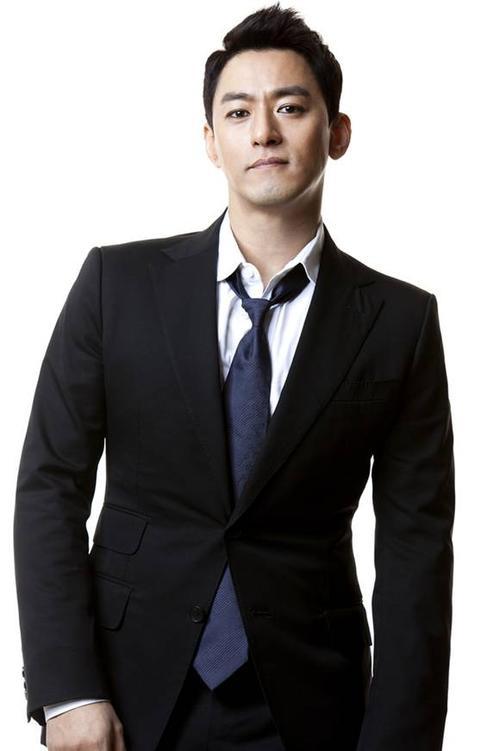 Cũng giống như So Ji Sub, tài tử Joo Jin Mo được biết đến với vẻ nam tính, mạnh mẽ và có phần bất cần. Dù không may mắn như lứa đồng nghiệp cùng tuổi như Jang Dong Gun nhưn các vai diễn của Joo Jin Mo được chọn lọc kỹ lưỡng, gây ấn tượng với khán giả. Năm 2013, ngôi sao Song hoa điếm tiếp tục gây tiếng vang qua vai diễn trong bộ phim Hoàng hậu Ki.