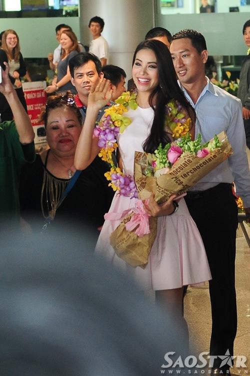 Một mình xách hành lý đi dự thi Hoa hậu, không đạt thành tích như ý, cô mạnh mẽ là thế nhưng khi về đến quê nhà, Phạm Hương như vỡ òa cảm xúc.