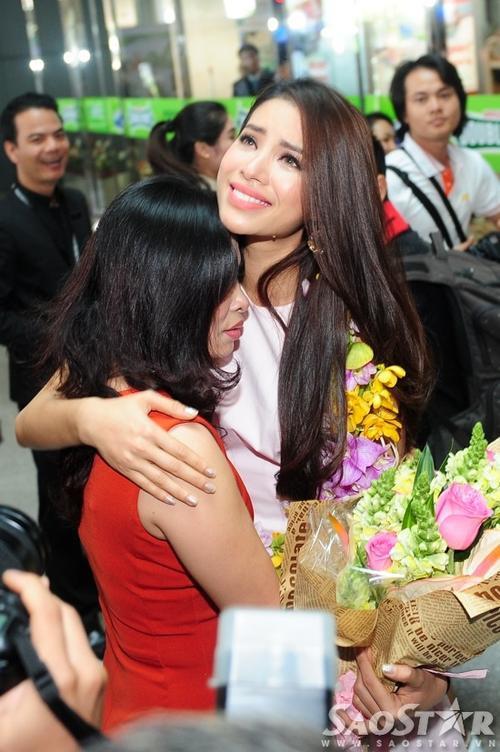 Nước mắt đan xen với nụ cười của Phạm Hương trong vòng tay mẹ. Những hình ảnh cho thấy, cô Hoa hậu của chúng ta đã rất cố gắng bản lĩnh, cố gắng vượt qua chỉnh bản thân khi là đại diện của Việt Nam trên đấu trường quốc tế. Và giờ đây, cô chỉ là cô thiếu nữ bé nhỏ bên mẹ.